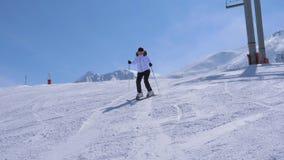 在运动女子滑雪者雕刻沿着走山滑雪倾斜在驾空滑车附近 影视素材