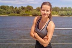 在运动服的少妇portriat由夏天smilin的河 库存图片