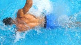 在运动的人游泳的细节视图横跨飞溅透明的水的水池 享用无法认出的人漂浮和 股票视频