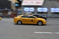 在运动的NYC出租汽车 免版税库存图片