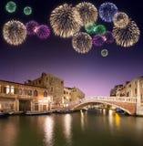 在运河下的美丽的烟花在威尼斯 免版税库存图片