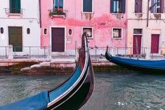 在运河停放的长平底船 库存照片