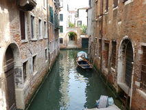 在运河停泊的小船 库存照片