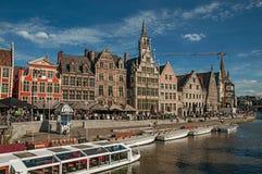 在运河前面的老大厦有小船的在跟特 免版税库存照片