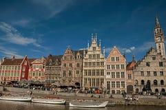 在运河前面的老大厦有小船的在跟特 免版税库存图片