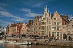 在运河前面的老大厦有小船的在跟特 免版税图库摄影