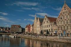 在运河前面的老大厦有小船的在跟特 库存图片