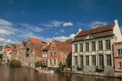 在运河前面的老大厦,有小船和人的在跟特 库存图片