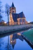 在运河反映的圣米歇尔教会在微明,混乱,富兰德,比利时 免版税库存图片