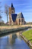 在运河反映的圣米歇尔教会在晴朗的破晓,混乱,富兰德,比利时 库存图片