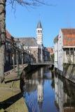 在运河反映的教会 库存照片