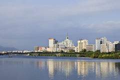 在运河反映的现代公寓,三亚,中国 免版税库存照片