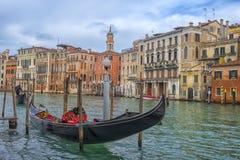 在运河和大厦的背景的Gandola 免版税库存图片