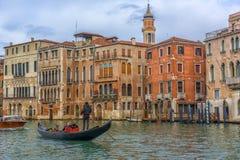 在运河和大厦的背景的Gandola 库存图片