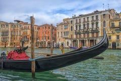 在运河和大厦的背景的Gandola 库存照片