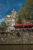 在运河和自行车旁边的大厦在轻的岗位和楼梯栏杆黏附了在阿姆斯特丹 库存图片
