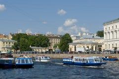在运河圣彼德堡的观光的小船 库存图片