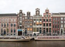 在运河旁边的传统历史的荷兰山墙房子在阿姆斯特丹 库存图片