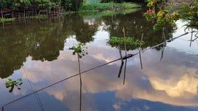 在运河水的天空反射 免版税库存图片