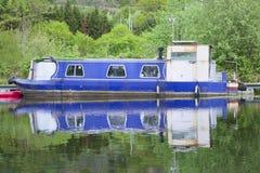 在运河河的蓝色驳船小船 库存照片