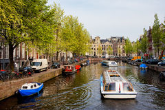 在运河游览中的小船在阿姆斯特丹 图库摄影