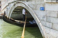 在运河的一座桥梁有一艘浮动长平底船的 免版税图库摄影