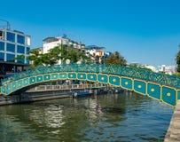在运河的一座美丽的绿色桥梁 免版税库存图片