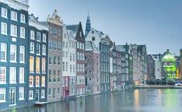 在运河的不对称的大厦 免版税库存照片