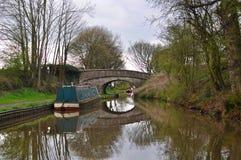 在运河的传统驳船在英国 免版税库存照片
