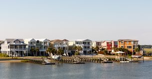 在运河的假期出租村庄 免版税库存照片