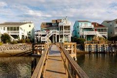 在运河的假期出租村庄 免版税图库摄影