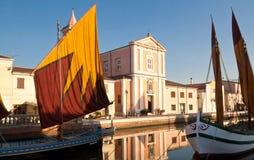在运河的古色古香的小船 免版税图库摄影