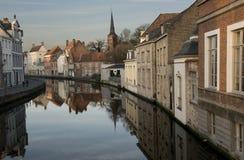 在运河的大厦在布鲁日(布鲁基),比利时 免版税图库摄影