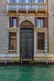 在运河的威尼斯式大厦在威尼斯,意大利 免版税库存图片