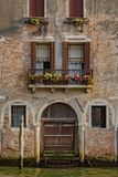 在运河的威尼斯式大厦在威尼斯,意大利 免版税库存照片