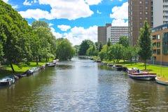 在运河的小船在公园在阿姆斯特丹。 免版税图库摄影