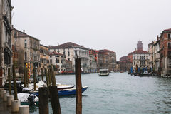在运河的小船在威尼斯市在雨中 免版税库存照片
