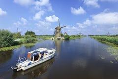 在运河的小船在Kinderdijk,荷兰 免版税图库摄影
