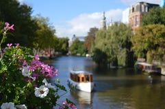 在运河的小船有花的 免版税库存图片
