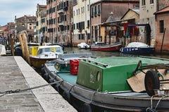 在运河的小船 免版税库存图片