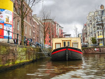 在运河的居住船在阿姆斯特丹。荷兰。 库存图片