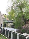 在运河的木桥在荷兰 免版税库存图片