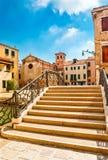 在运河的桥梁在威尼斯美丽如画的意大利 库存图片