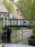 在运河的桥梁在荷兰渔村 免版税库存照片