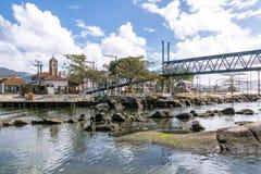 在运河的桥梁在Lagoa da康塞桑-弗洛里亚诺波利斯,圣卡塔琳娜州,巴西巴拉岛da Lagoa地区  免版税库存照片