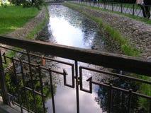 在运河的桥梁 在落日的光芒的风景地区 库存图片