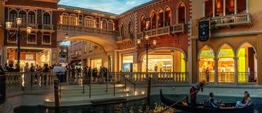 在运河的浪漫长平底船乘驾在威尼斯式旅馆和赌博娱乐场里 库存照片