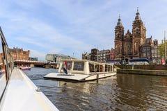在运河的浮动小船在市中心附近的阿姆斯特丹 库存图片