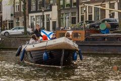 在运河的浮动小船在阿姆斯特丹 库存图片