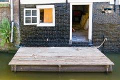 在运河的浮动木平台在阿尔克马尔,荷兰 库存照片